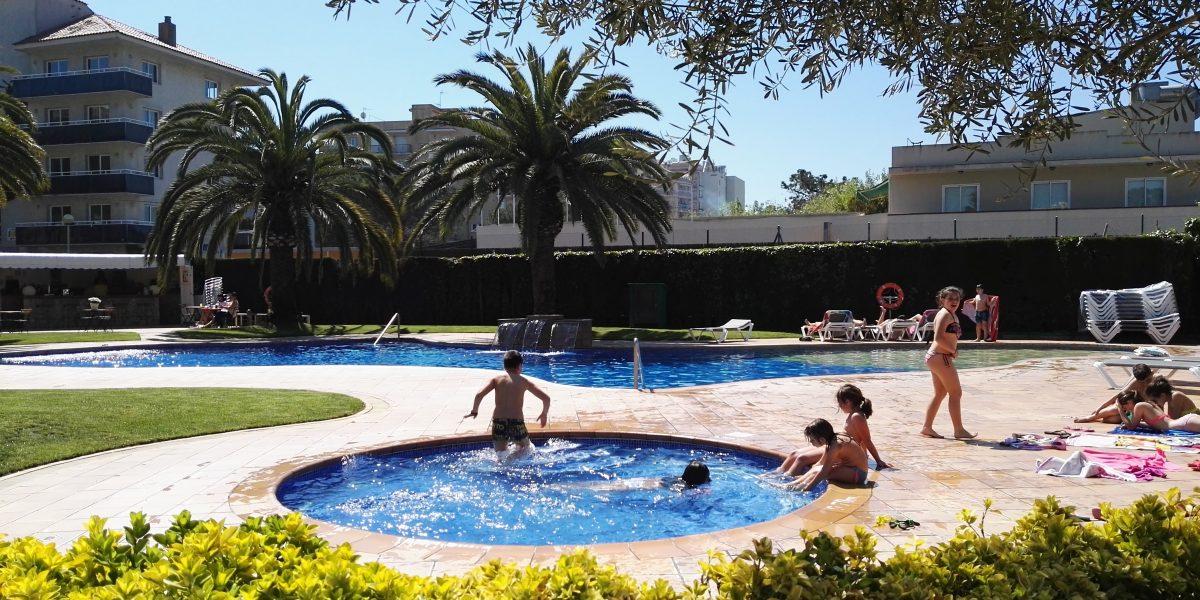 Piscina y bar de la piscina