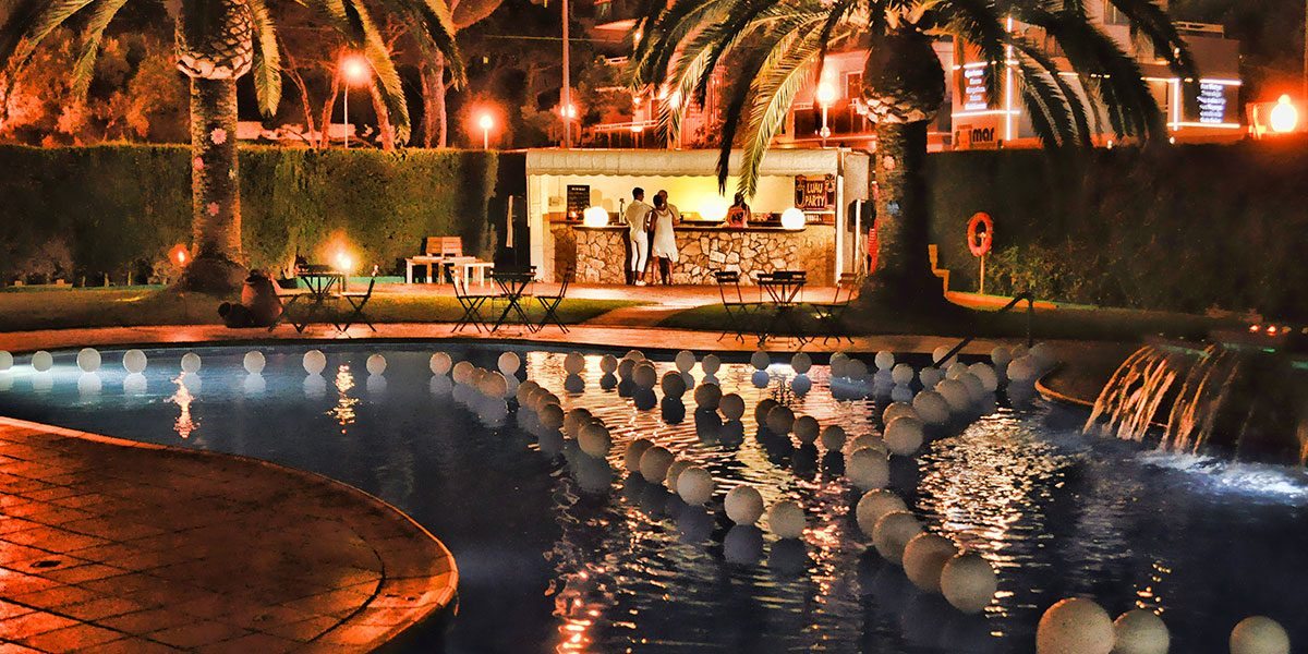 El bar de la piscina de noche